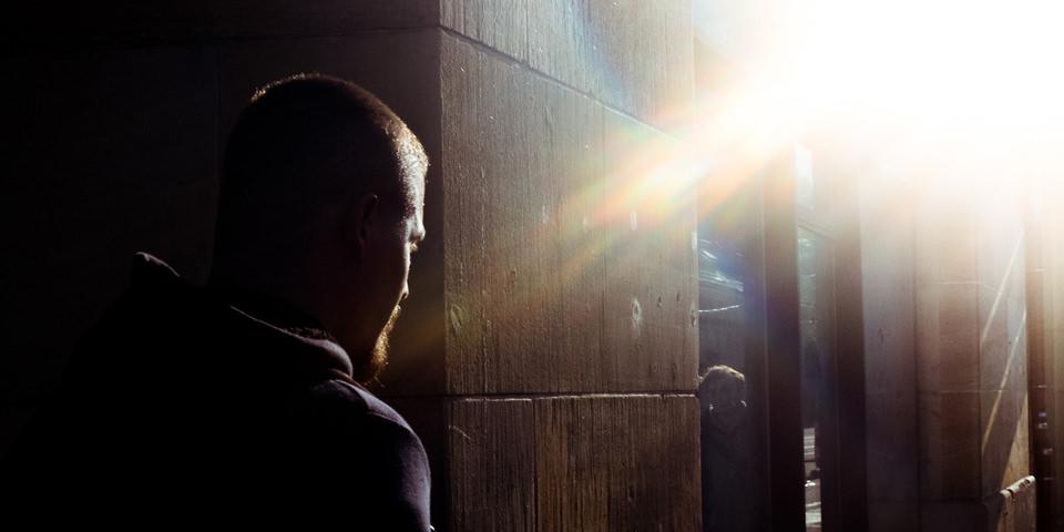 Ein Mann läuft der Sonne entgegen.