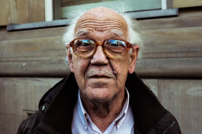 Ein Mann mit Hornbrille.