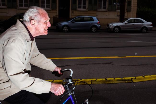 Ein Mann rast auf dem Fahrrad vorbei.