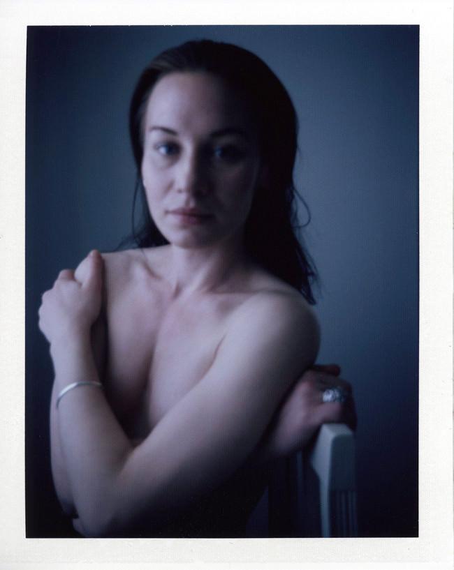 Portrait einer nackten Frau in kalten Farben