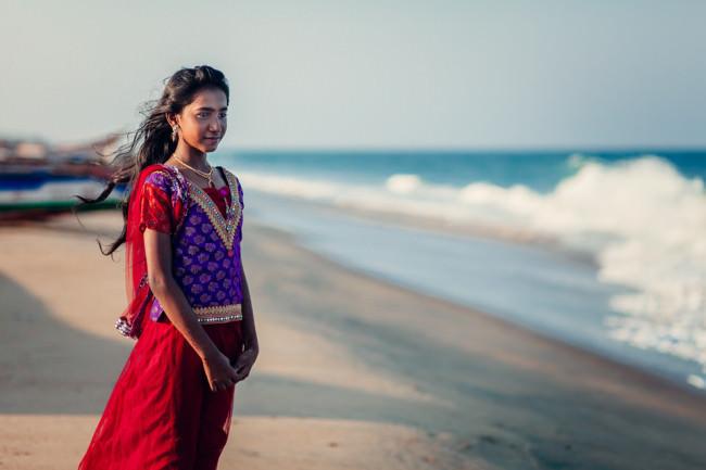 Indien. Eine junge Frau schaut aufs Meer.