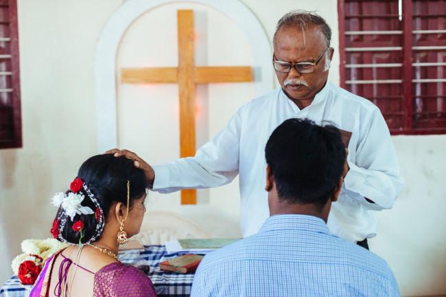 Indien. Ein Pastor segnet ein Hochzeitspaar.