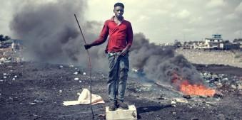 Junger Erwachsener in Agbogbloshie, eine der größten Elektroschrott-Mülldeponien der Welt