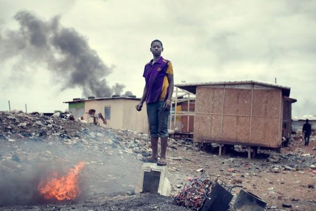 Jugendlicher auf  einer Elektroschrott-Mülldeponie