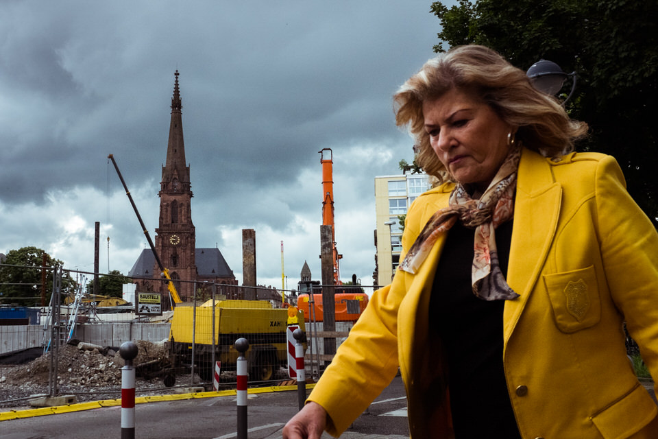 Straßenfotografie: Frau in gelbem Jakett.