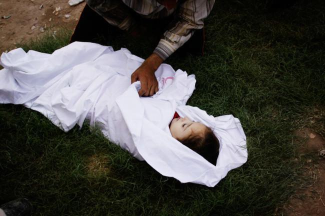 Ein totes Mädchen, eingehüllt in eine weiße Decke.