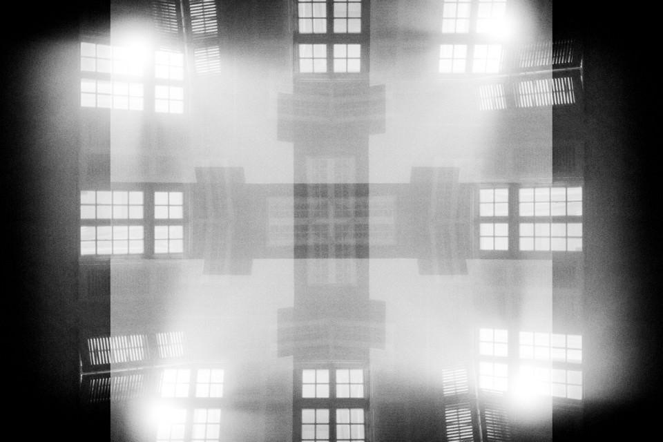 Symmetrische Ansammlung von Fenstern, Mehrfachbelichtung in schwarzweiß.