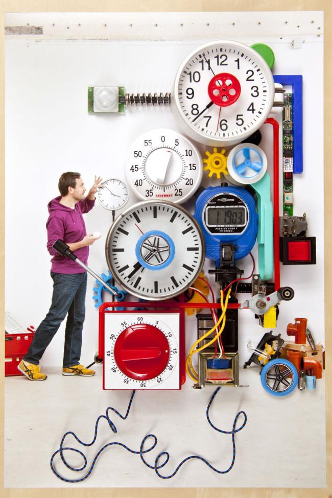 Eine Maschine aus Zahnrädern und Uhren.