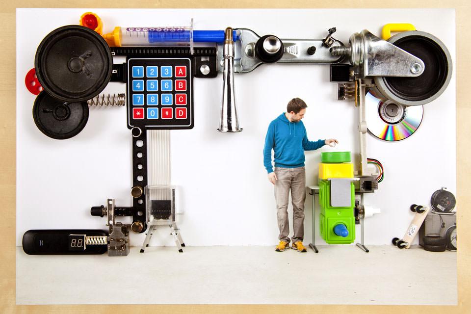 Eine Maschine, unter der ein Mann steht und etwas hineinwirft.