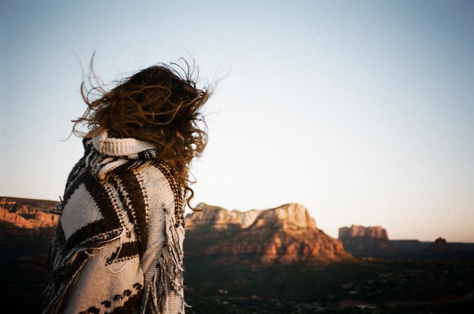 Eine Frau blickt in die Landschaft.