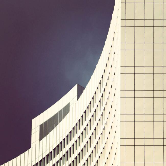 die geschwungene Form eines modernen Hochhauses