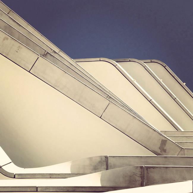 Blick nach oben an einer Fassade mit auskragenden Ebenen