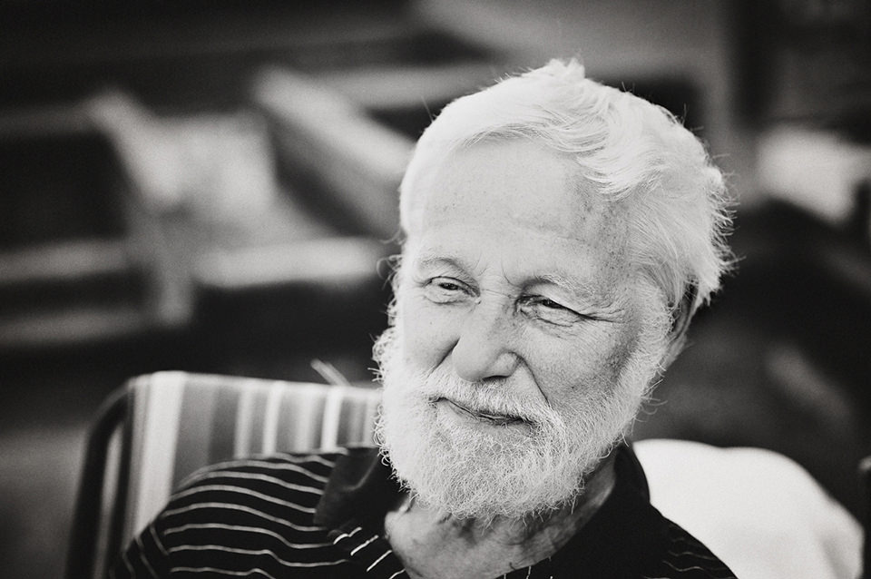 Älterer Mann lächelt.