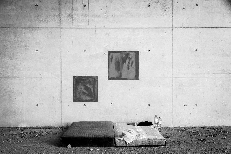 Zwei Matratzen vor einer Betonwand.