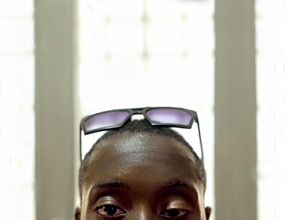 Ein Portrait einer Person mit Sonnenbrille.