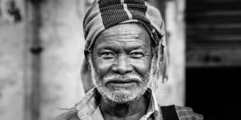 Schwarzweiß Portrait eines indischen Mannes