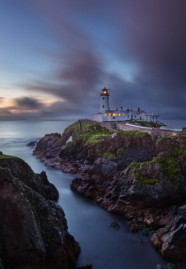 Ein einsamer Leuchtturm an einer felsigen Küste