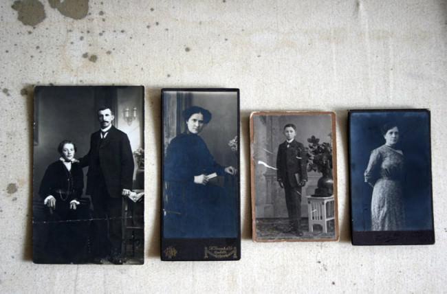 Alte und vergilbte Fotografien vom Flohmarkt
