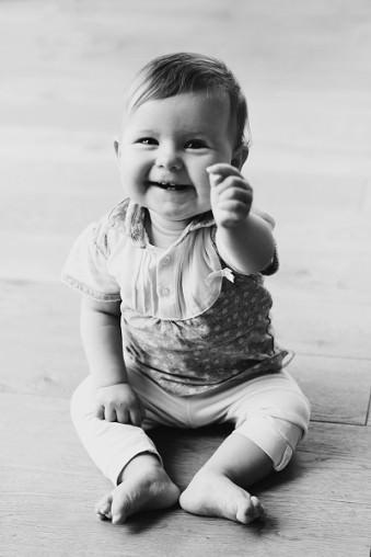 Baby lacht in die Kamera.