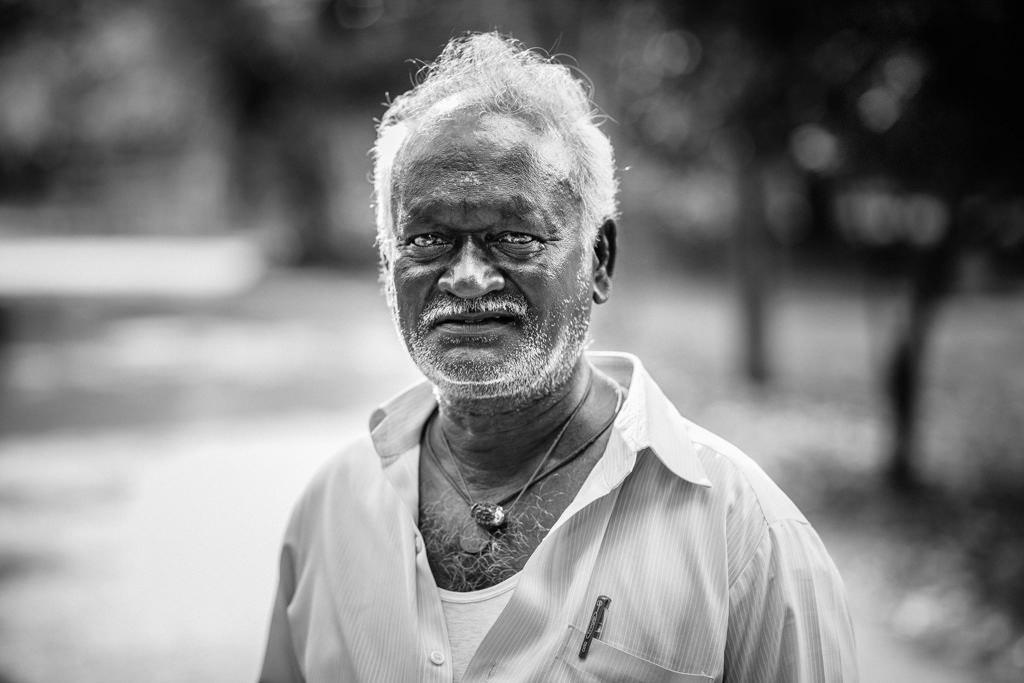 Schwarzweiß-Portrait eines indischen Mannes