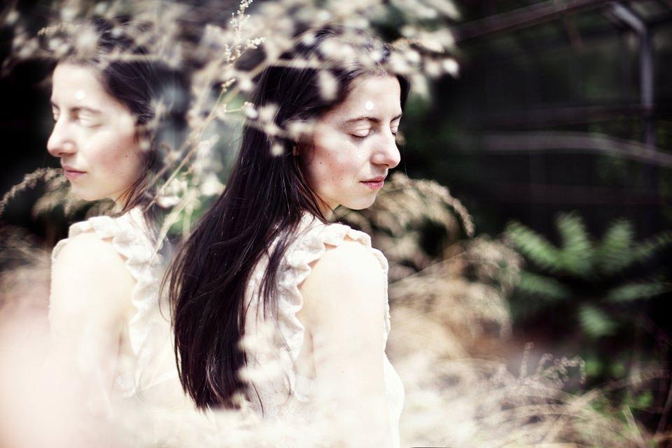 Ein Mädchen in weißem Kleid.