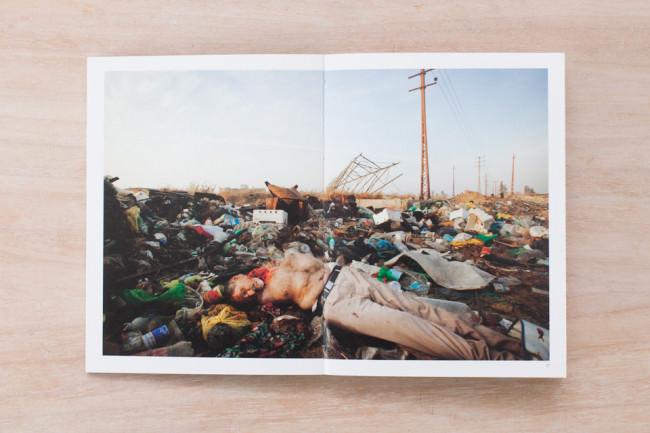 Ein toter Mensch, dessen Hals angefressen wurde, liegt auf einer Müllhalde.