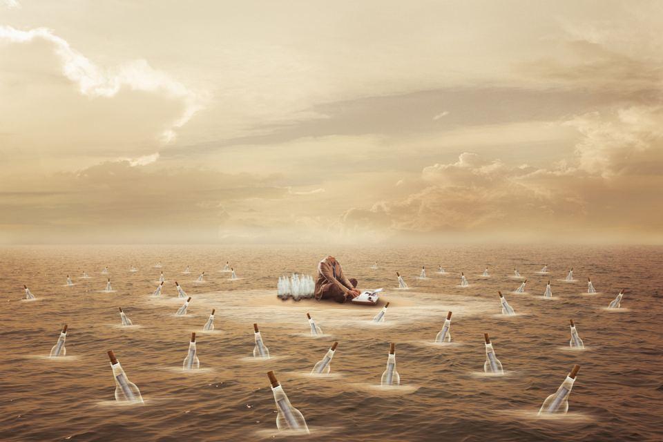Ein kopfloser Mann sitzt auf einer winzigen Insel in einem Meer, rings um ihn schwimmen verkorkte Flaschen mit Briefen im Wasser.