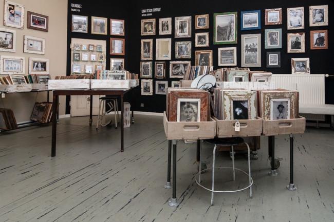 Man schaut in den Verkaufsraum von Luxad und sieht einen Haufen Bilderrahmen.