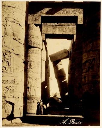 Ein historischer Tempel, in dem eine Säule schief über einem Durchgang lehnt.