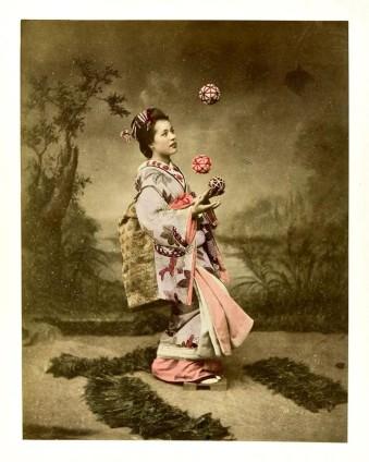 Kolorierte Aufnahme einer asiatischen Frau, die mit Bällen jongliert.