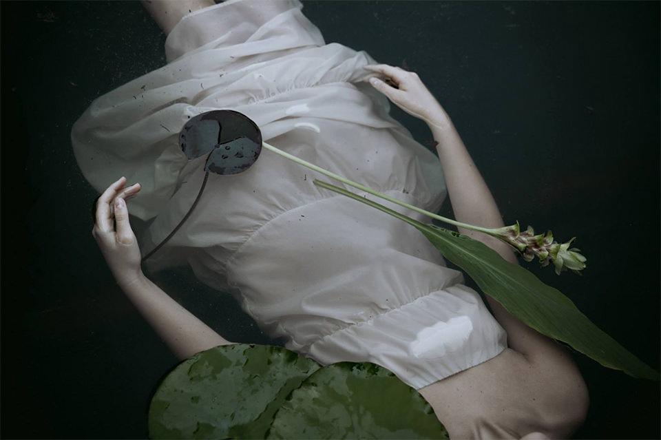 Eine Frau im weißen Kleid im Wasser