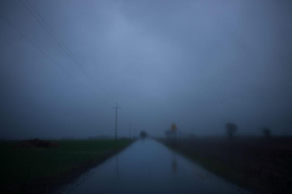 Eine Straße, unscharf abgebildet.