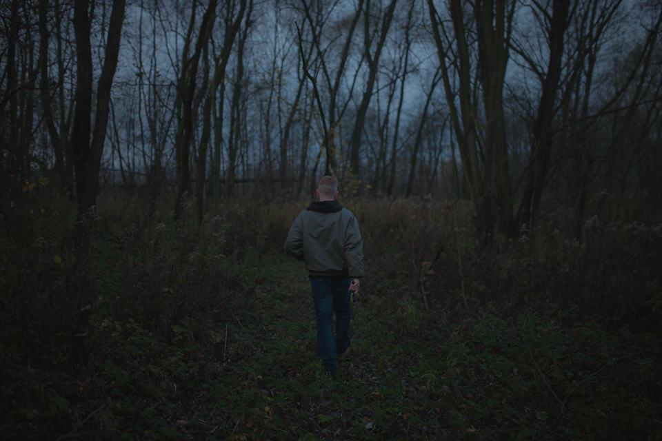 Ein Mann läuft in den Wald.