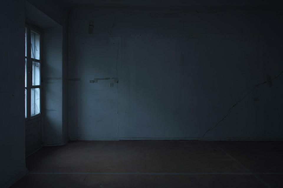 Ein verlassener Raum mit Fenster.