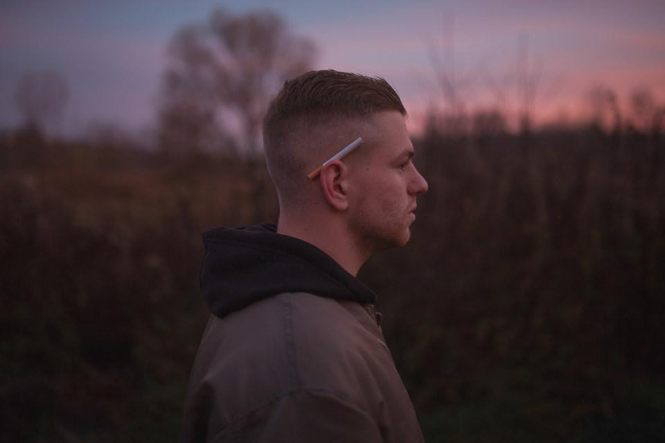 Ein Mann mit Zigarette hinterm Ohr.