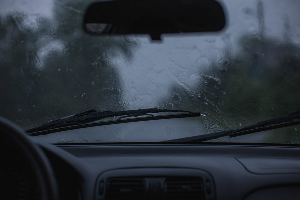 Regen, der auf eine Autoscheibe prasselt.