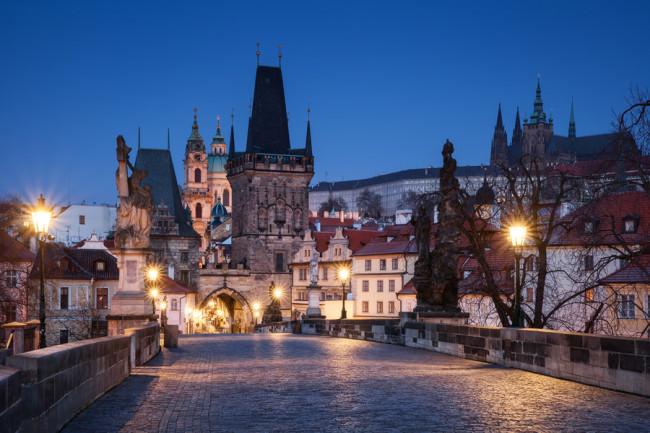 Die hell erleuchtete Karlsbrücke mit dem Blick auf die Prager Altstadt