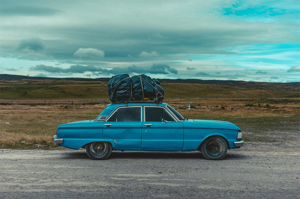 Ein Auto mit viel Gepäck auf dem Dach.