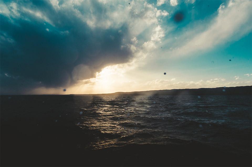 Über dem Meer hängen dicke Wolken.