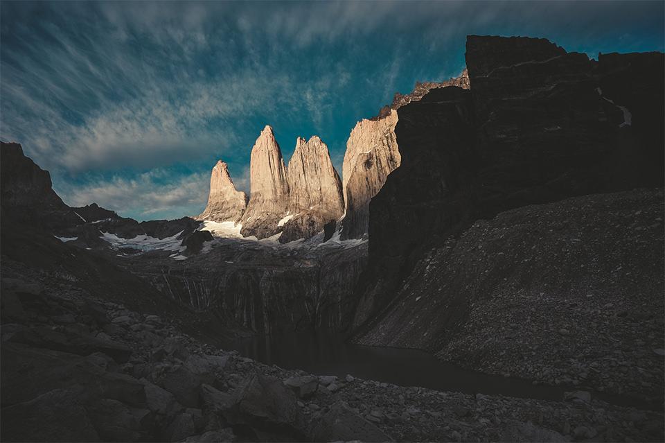 Landschaft mit steilen Felsen.