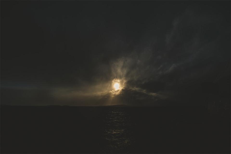 Dunkle Wolken über einem fast schwarzen Meer.
