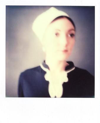Frau mit weißer Haube.