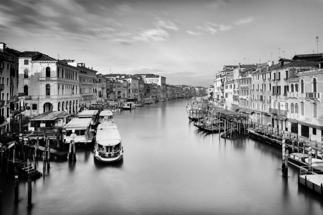 Ein Kanal mit kleinen Booten an den Seiten.