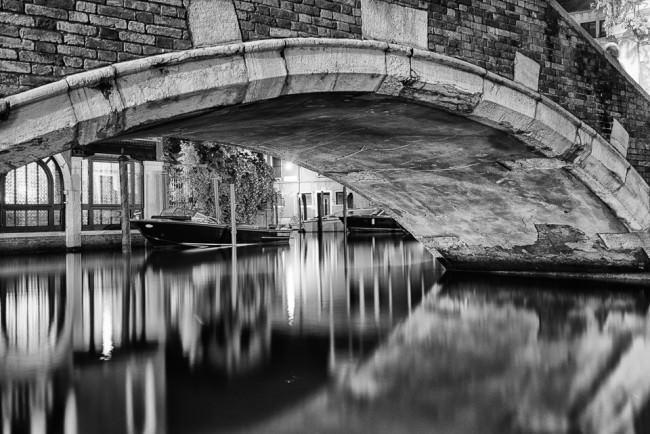 Blick unter einer Brücke hindurch.