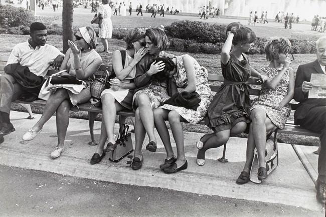 Frauen auf einer Bank.