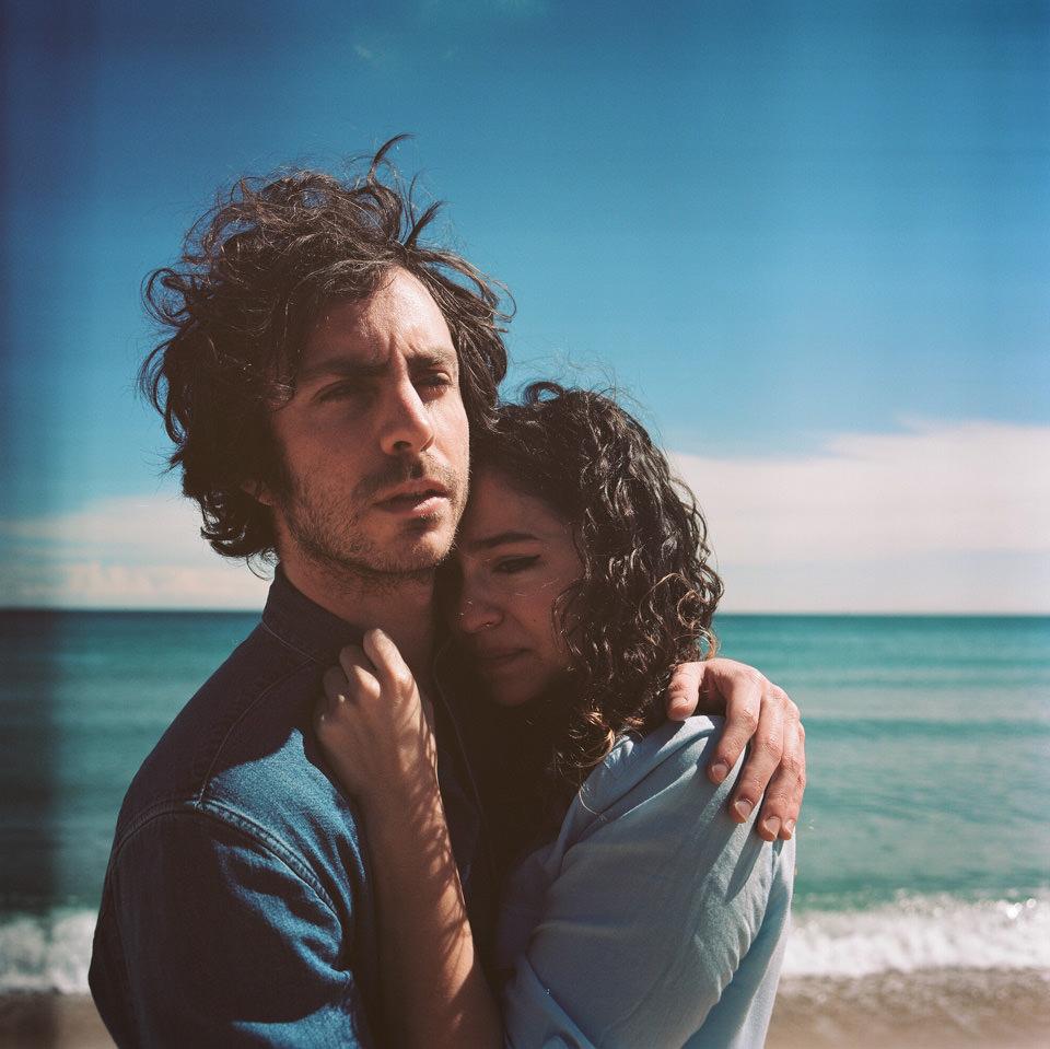 Ein Paar steht am Strand.