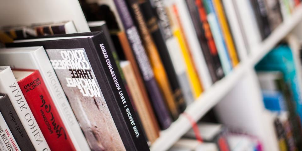 Ein Bücherregal im schrägen Anschnitt