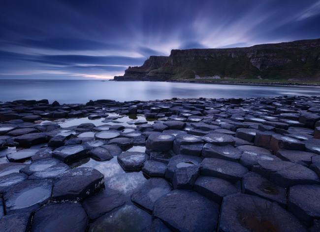 Die markanten Felsen am Giant's Causeway im blauen Licht der Dämmerung