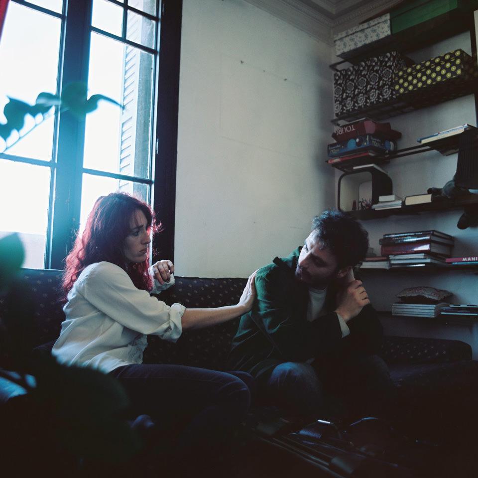 Ein Paar sitzt auf einem Sofa.