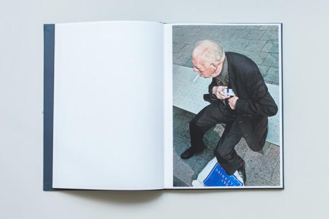 Ein älterer Herr, der sich eine Zigarette anzündet